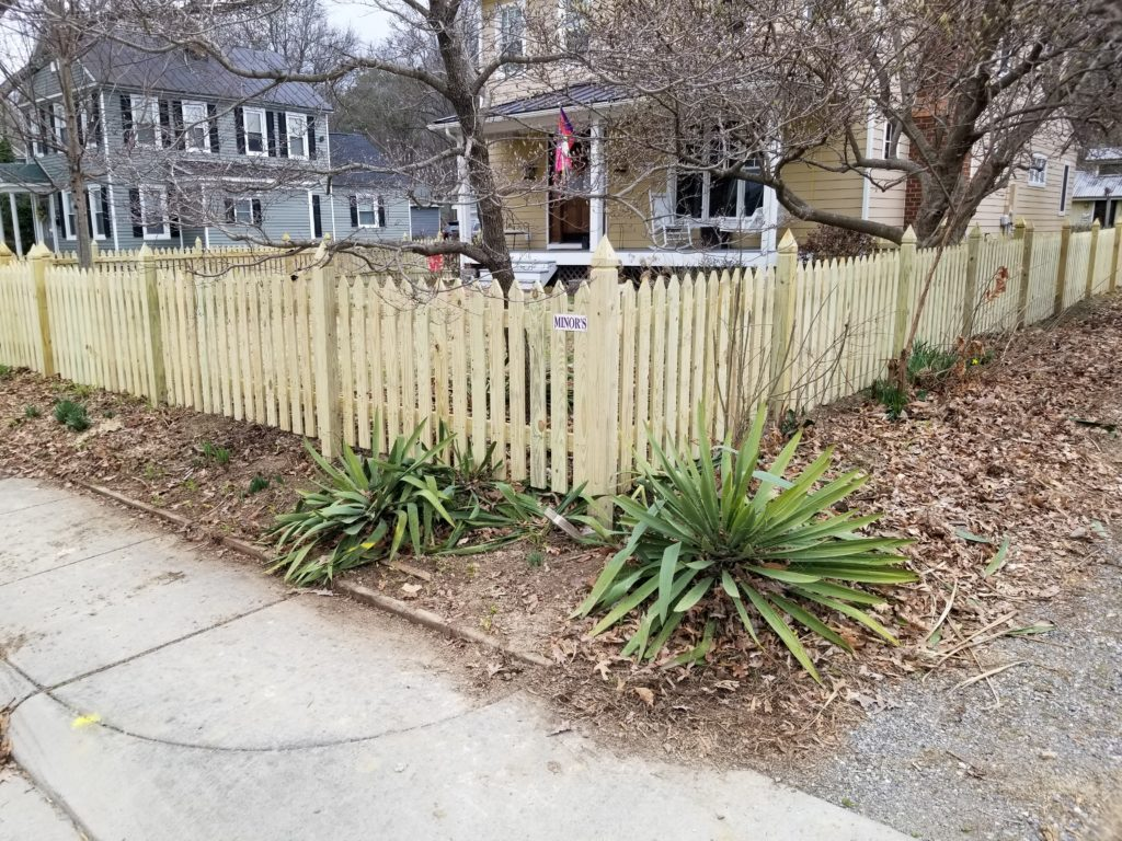 Pointed picket fencing on exposed williamsburg posts